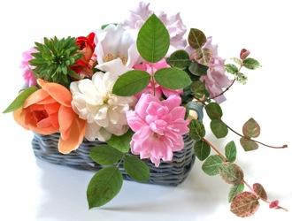 夏バラの花かご
