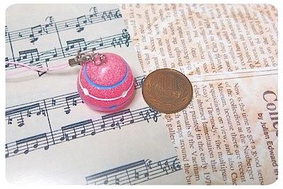 サン宝石のヨーヨーストラップと英字新聞と楽譜柄ペーパー