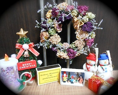 手作りドライフラワーのリースとクリスマス雑貨