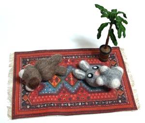自作の羊毛うさぎと北欧ミニチュアマット
